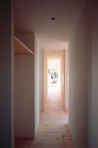 明るい家事棟廊下 (『囲む家』様々な表情のある、楽しく温かな住まい)