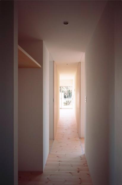 『囲む家』様々な表情のある、楽しく温かな住まいの写真 明るい家事棟廊下