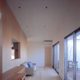 『囲む家』様々な表情のある、楽しく温かな住まい (天井の高い広大なリビングダイニング)