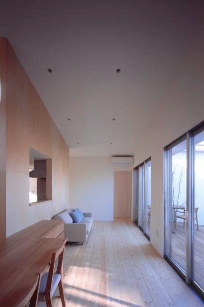 『囲む家』様々な表情のある、楽しく温かな住まいの写真 天井の高い広大なリビングダイニング