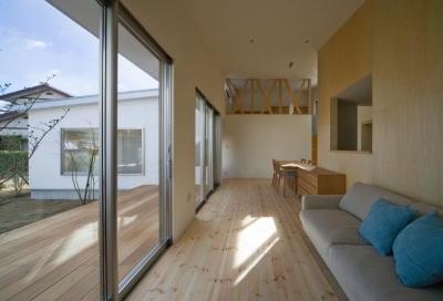 『囲む家』様々な表情のある、楽しく温かな住まい (テラスと一体になるリビングダイニング)