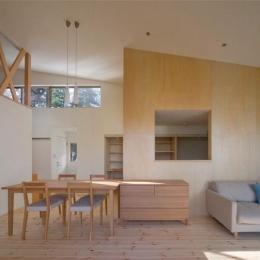 傾斜天井の開放的なLDK (『囲む家』様々な表情のある、楽しく温かな住まい)