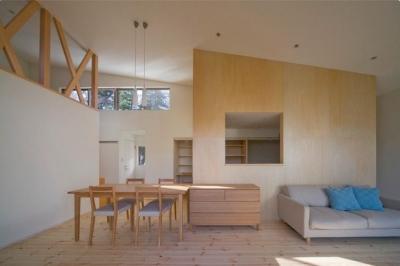『囲む家』様々な表情のある、楽しく温かな住まい (傾斜天井の開放的なLDK)