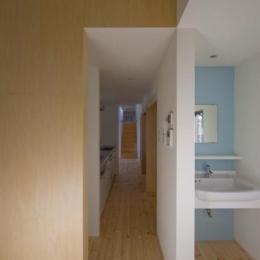 『囲む家』様々な表情のある、楽しく温かな住まい (キッチン・壁面ブルーの洗面室)