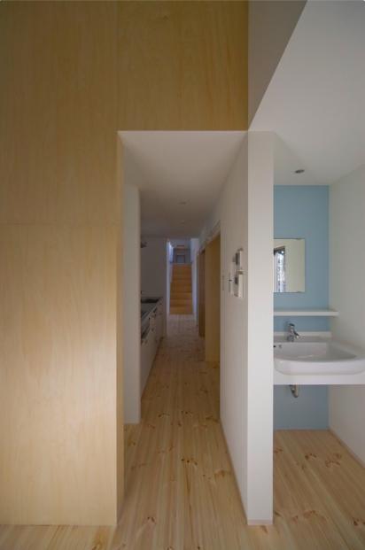 『囲む家』様々な表情のある、楽しく温かな住まいの写真 キッチン・壁面ブルーの洗面室