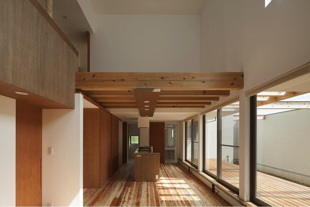 『須坂の家』大きな吹抜けと大きなテラスの住まいの部屋 全面東庭に面する横長LDK