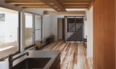 動線にこだわったキッチンスペース|『須坂の家』大きな吹抜けと大きなテラスの住まい