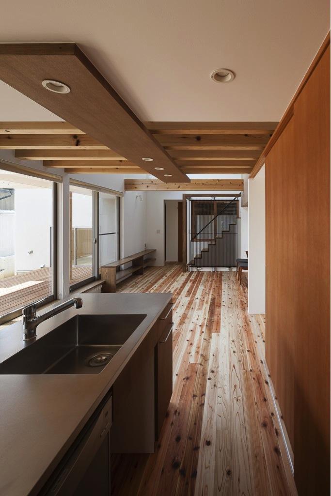 『須坂の家』大きな吹抜けと大きなテラスの住まいの写真 動線にこだわったキッチンスペース