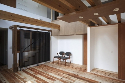 『須坂の家』大きな吹抜けと大きなテラスの住まい (落ち着きのある吹き抜けリビング)