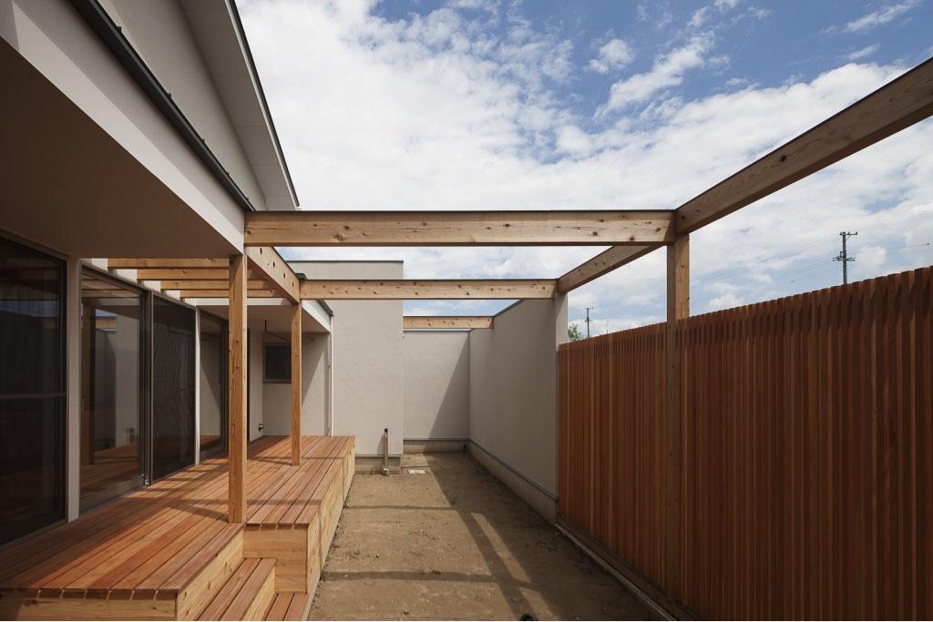 『須坂の家』大きな吹抜けと大きなテラスの住まいの部屋 開放的なテラス・庭
