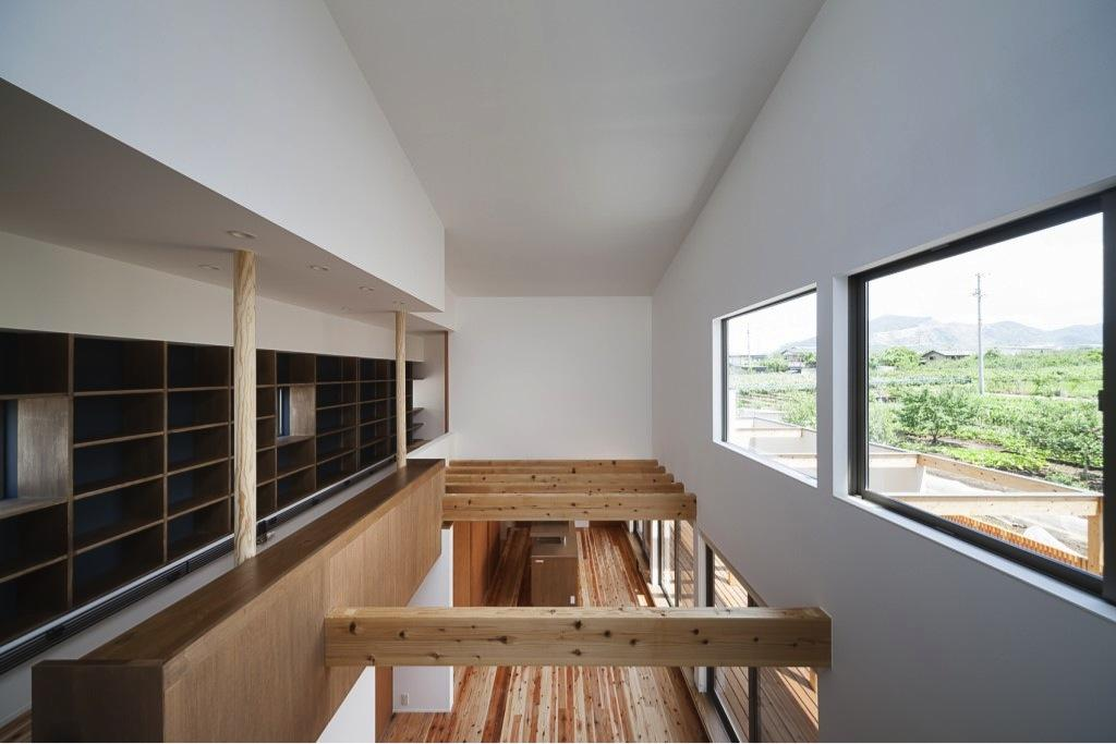『須坂の家』大きな吹抜けと大きなテラスの住まいの写真 吹き抜け部分-LDKを見下ろす