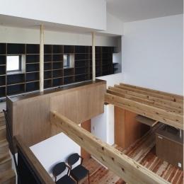 『須坂の家』大きな吹抜けと大きなテラスの住まい (吹き抜け・図書コーナー)