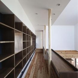 『須坂の家』大きな吹抜けと大きなテラスの住まい (吹き抜けに面した図書コーナー)
