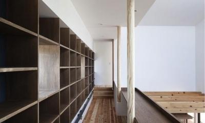 吹き抜けに面した図書コーナー|『須坂の家』大きな吹抜けと大きなテラスの住まい