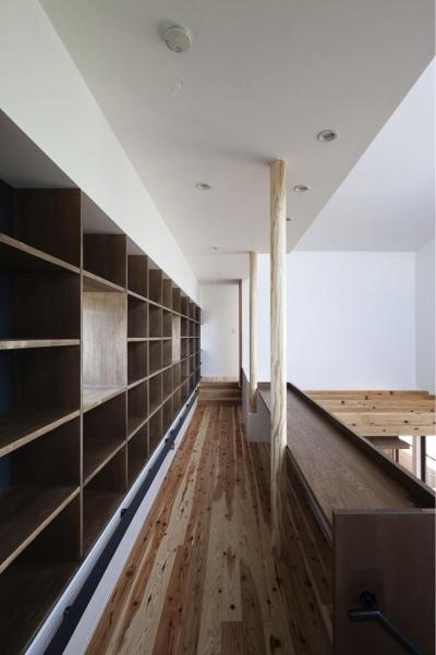 吹き抜けに面した図書コーナー (『須坂の家』大きな吹抜けと大きなテラスの住まい)