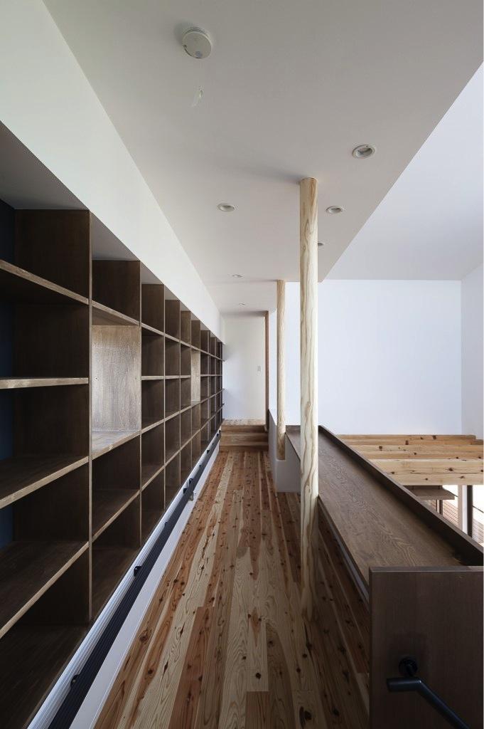 『須坂の家』大きな吹抜けと大きなテラスの住まいの写真 吹き抜けに面した図書コーナー
