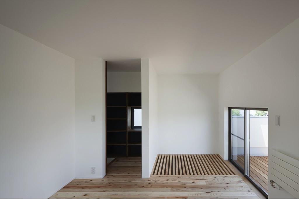 『須坂の家』大きな吹抜けと大きなテラスの住まいの写真 専用バルコニーのある寝室
