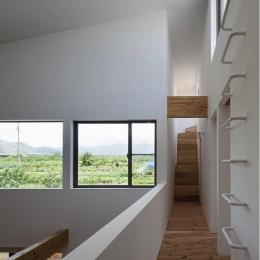 『須坂の家』大きな吹抜けと大きなテラスの住まい (子供室への廊下)