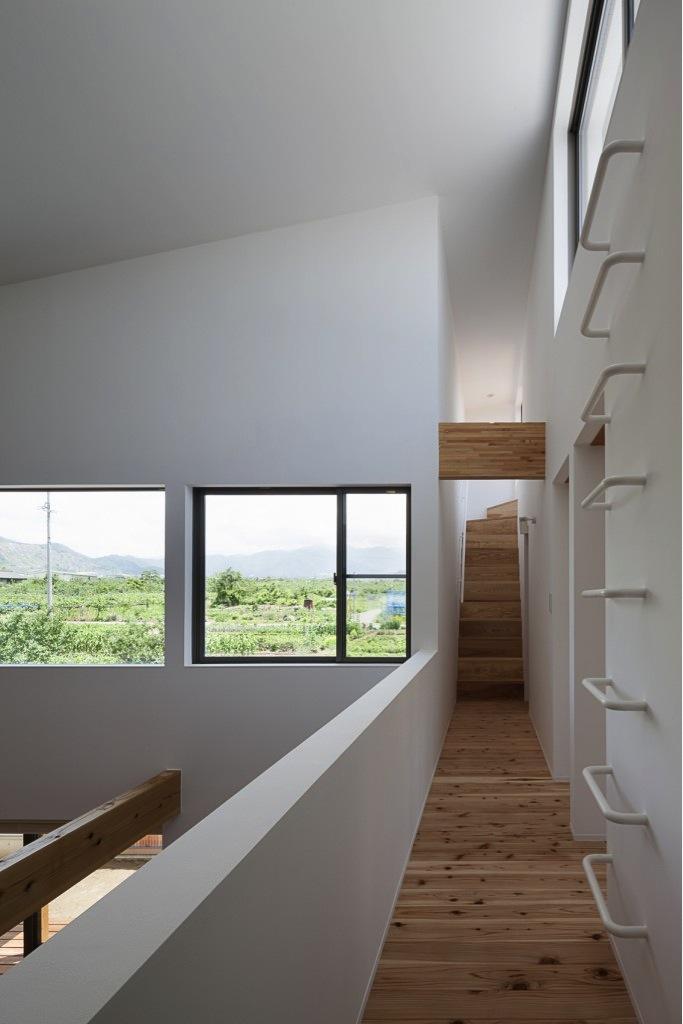 『須坂の家』大きな吹抜けと大きなテラスの住まいの写真 子供室への廊下