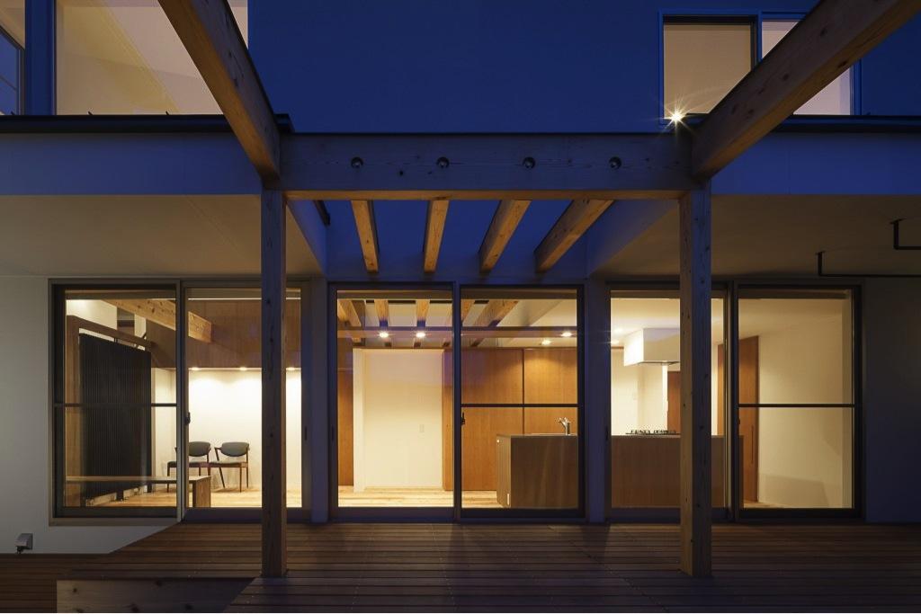 『須坂の家』大きな吹抜けと大きなテラスの住まいの部屋 テラスよりリビングを見る
