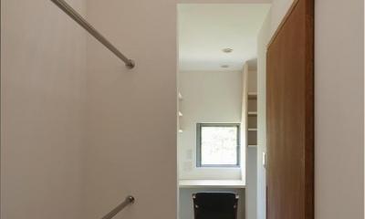 真っ白な家事室|『須坂の家』大きな吹抜けと大きなテラスの住まい