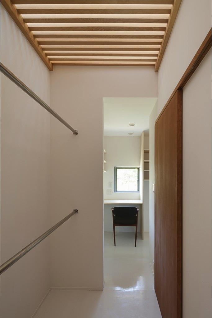 『須坂の家』大きな吹抜けと大きなテラスの住まいの部屋 真っ白な家事室