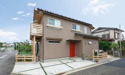 『Leaf House』シンプル&ミッドセンチュリーな家 (赤茶木目ドアがアクセントの外観)
