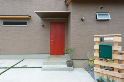 赤茶木目の玄関ドア (『Leaf House』シンプル&ミッドセンチュリーな家)