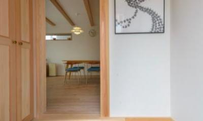 『Leaf House』シンプル&ミッドセンチュリーな家 (砂利洗い出し床の玄関ホール)