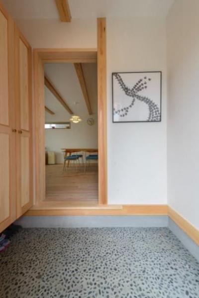 砂利洗い出し床の玄関ホール (『Leaf House』シンプル&ミッドセンチュリーな家)