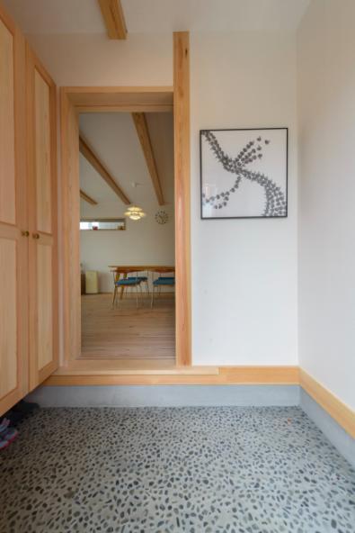 『Leaf House』シンプル&ミッドセンチュリーな家の部屋 砂利洗い出し床の玄関ホール