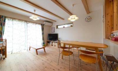 『Leaf House』シンプル&ミッドセンチュリーな家 (木の温もり感じるリビングダイニング)