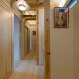 『Leaf House』シンプル&ミッドセンチュリーな家 (木の温もり感じる廊下)