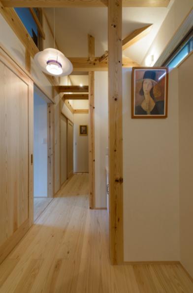 『Leaf House』シンプル&ミッドセンチュリーな家の部屋 木の温もり感じる廊下