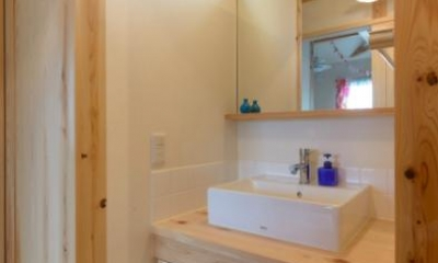 『Leaf House』シンプル&ミッドセンチュリーな家 (廊下の洗面スペース)