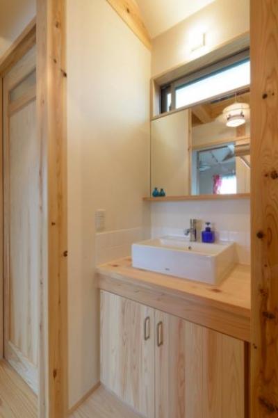 廊下の洗面スペース (『Leaf House』シンプル&ミッドセンチュリーな家)