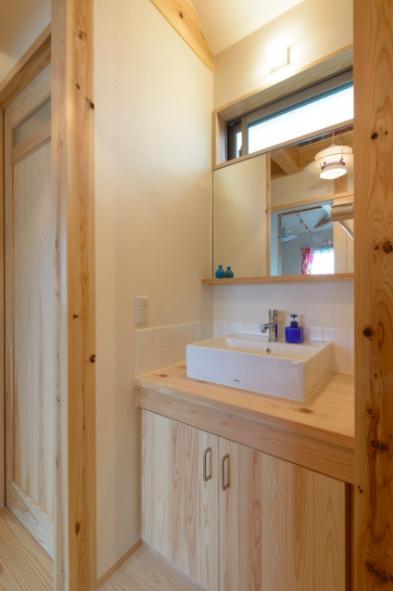 『Leaf House』シンプル&ミッドセンチュリーな家の部屋 廊下の洗面スペース