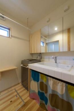 『Leaf House』シンプル&ミッドセンチュリーな家 (シンプルな洗面所)