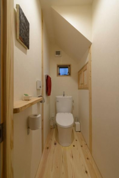 『Leaf House』シンプル&ミッドセンチュリーな家 (シンプルなトイレ空間)