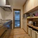 収納たっぷりな木のキッチン
