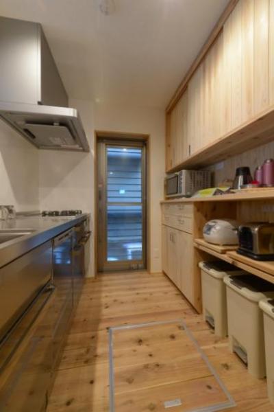 収納たっぷりな木のキッチン (『Leaf House』シンプル&ミッドセンチュリーな家)