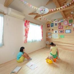 『Leaf House』シンプル&ミッドセンチュリーな家 (木に囲まれた明るい子供部屋)