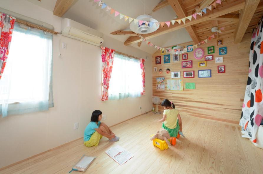 『Leaf House』シンプル&ミッドセンチュリーな家の部屋 木に囲まれた明るい子供部屋