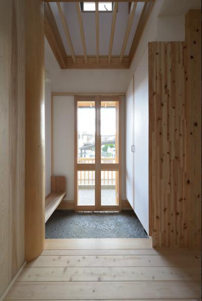 『B/storage』本がたくさんあるシンプルな木の家の写真 明るい和風玄関ホール