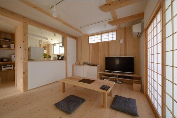 『B/storage』本がたくさんあるシンプルな木の家の写真 ウッディな和風LDK