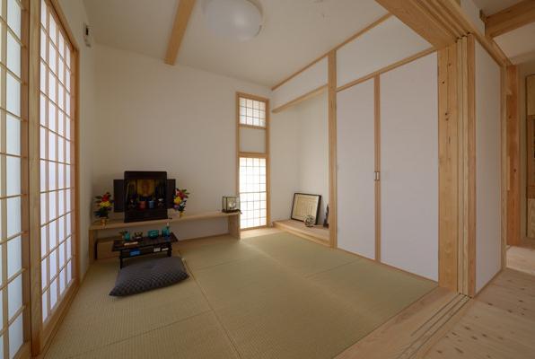 『B/storage』本がたくさんあるシンプルな木の家の写真 リビング内畳コーナー