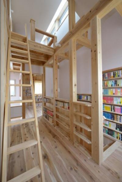 大容量本棚のある階段ホール (『B/storage』本がたくさんあるシンプルな木の家)