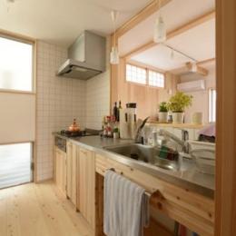 『B/storage』本がたくさんあるシンプルな木の家 (カントリー調のキッチン)