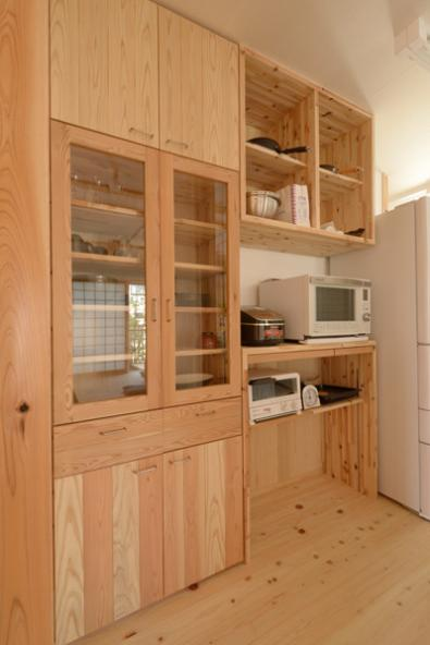 『B/storage』本がたくさんあるシンプルな木の家の写真 造作のキッチン背面収納