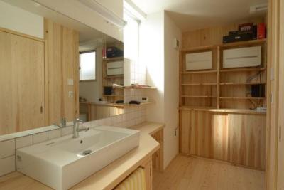 木の温もり感じる洗面所 (『B/storage』本がたくさんあるシンプルな木の家)